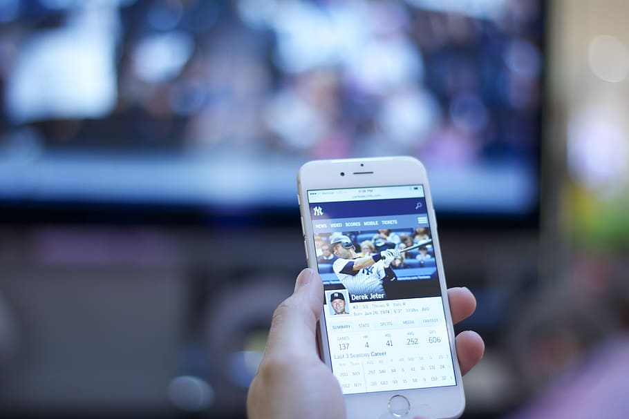 Types of Mobile Applications That Every Dedicated Sports Fan Needs to Download